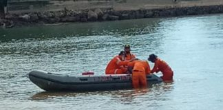 Tim SAR sedang melakukan pencarian terhadap dua Febri dan Anang, dua pemancing yang terseret arus laut di perairan Tanjungpinggir, Sekupang, Minggu (7/6). Foto: ist