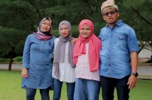 Arnita Rizqie Zamharis dan Khairani Zamharis bersama kedua orangtuanya, Zamharis dan Lusi Ernita. Foto: koleksi pribadi Arnita